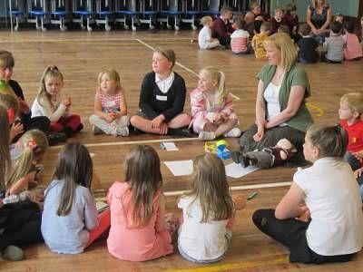 Il circle time è un metodo per favorire l'inclusione e la partecipazione in classe. Alunni e insegnanti si confrontano alla pari, seduti in cerchio.