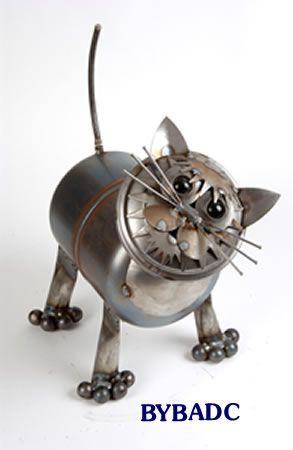 """Табби Junkyard Cat металлические скульптуры - Каждый Junkyard Cat металлические скульптуры ручной работы в Кентукки Yardbirds, каждый немного отличается от другого,внешний вид и отношение. Все свалке Кошки сделаны с металла и, естественно, ржавчины с возрастом. Это их красота! Размер: 11,5 """"Lx11"""" Wx14.5 """"H Фирменное наименование: Yardbirds Бандана  Список Цена: $ 129.99 Вы экономите $ 11.02 Продажа Цена: $ 118.97"""