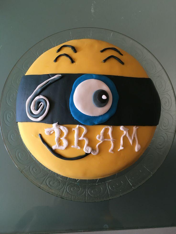 Voor mijn zoon zijn 6de verjaardag gemaakt!Minion taart:biscuit gevuld met slagroom en fruit en afgewerkt met suikerpasta.