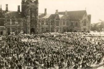 #RemembranceDay The #AntiwarMarches at #SydneyUni - 10,000 students on the front lawn