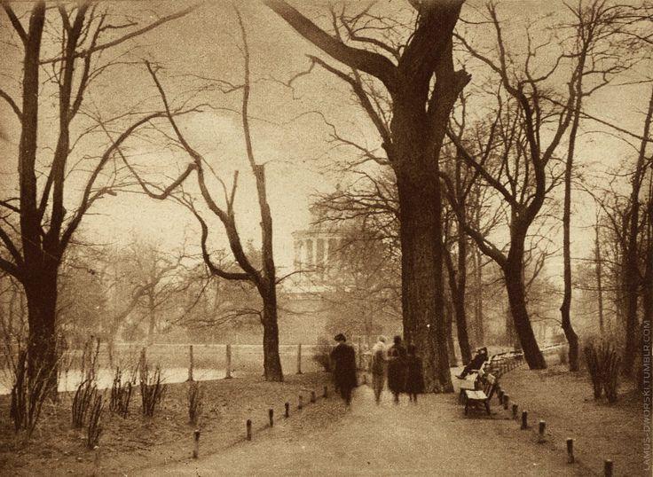 "Ogród Saski [Saxon Garden] in Warsaw, Poland -image published in the magazine ""Światowid"", 1926 [source]."