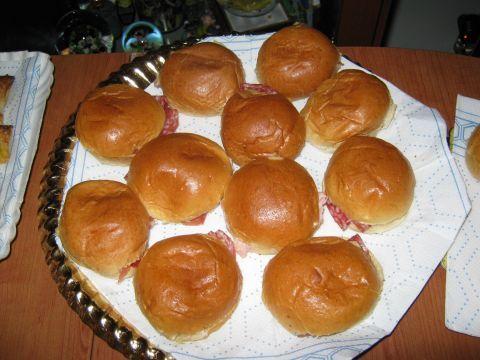 Buffet per festa 4cco i panini di Monny farciti con mayonese , prosciutto cotto , crudo e salame