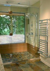 Ein abwechslungsreiches Design Badezimmer mit einer geschlossenen Duschraum, rock Marmorboden und Glastür. / Foto von Tina Barclay