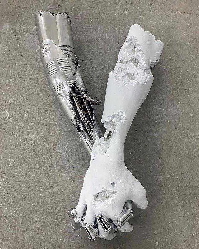 Organisé sur #Artfrontrow // Daniel Arsham / Hajime Sorayama ⠀ Arsham x Sorayamaâ ... | Art, Art contemporain, Statue