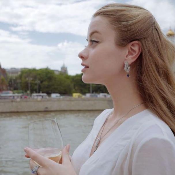 video - Бокал вина 🍸и бриллианты от @chekotin_jewellery , которые стоят как новый мерседес 💎 , вот, что нужно для настоящего женского счастья😍 Шучу, это все мирское...а счастье...оно мимолетно, сегодня есть, а завтра нет) Ох куда-то меня повело) Девочки, а вы любите ювелирные украшения? Что предпочитаете? Золото/серебро?  Video: @handmadevideo  #jewel #jewelry #jewellery  #gold #silver