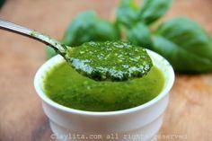 Receita de molho de manjericão delicioso, feito com manjericão fresco, alho e azeite de oliva. Esse molho de manjericão fresco com alho é ótimo para saladas, legumes ou para usar como molho de pão.