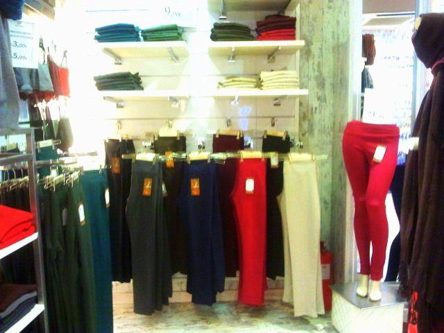 pantalones de varios colores y tallas.