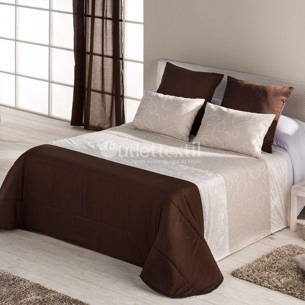 Colcha Bouti DOGAN de la firma Barbadella Home. Sencillo diseño en el que destaca una cenefa central en tonos beige que contrasta con el resto de la colcha en color marrón chocolate.