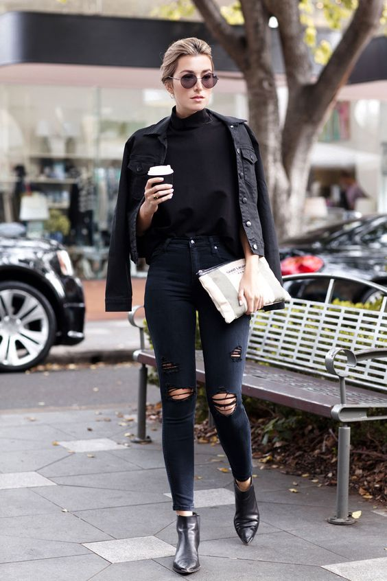 Blusa de gola alta preta, jaqueta jeans preta, calça jeans destroyed, ankle boot, bota de bico fino