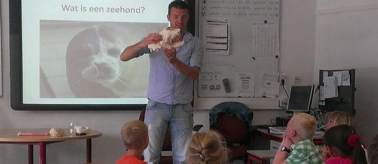 Onze medewerkers komen graag op school om de leerlingen van alles te vertellen over zeehonden en hun mooie leefgebied, de Waddenzee.