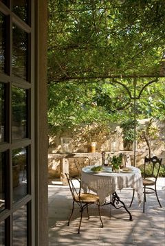 * Chic Provence Interior Design and Provence Tours *: Le refuge provençal....secret garden