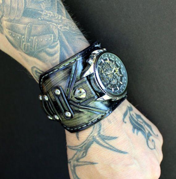 Rauchige grau Steampunk fragged Leder Armbanduhr Manschette mit Skelett Zifferblatt. Die Leder-Manschette ist 2 1/2 Zoll breit.  Diese Uhr ist zu bestellen, bitte benutzen Sie das folgende Messverfahren bestimmen Sie Ihr Handgelenkgröße und verlassen Sie eine Notiz an der Kasse oder eine Nachricht.  MEASURE YOUR WRIST über und um das Handgelenk-Knochen mit einem Maßband, fügen Sie nicht darauf. Sie messen wollen ist der Abstand um das Handgelenk. Dies ist wichtig, damit stellen Sie sicher…