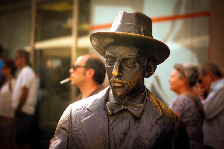 Estátua mais famosa de Fernando Pessoa no Chiado, em Lisboa/ DEZ lugares marcantes na vida de Fernando Pessoa