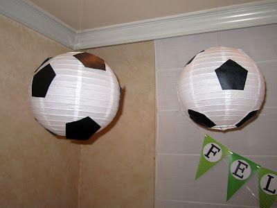 Farolillos de papel adornados como balones de fútbol