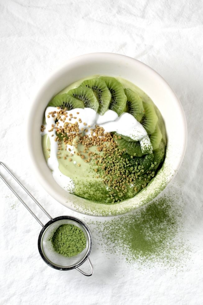 ... green matcha smoothie bowl ...