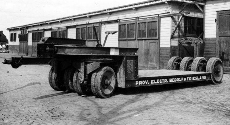 Vrachtwagen en aanhangwagen van het Provinciaal Electriciteits Bedrijf / PEB in Friesland ca 1930. Op de aanhangwagen zat nog een stoel + een handrem. konden trafo's mee vervoerd worden. Foto's van J.M. van der Peijl. Was toen zwaar vervoer. Leeuwarden
