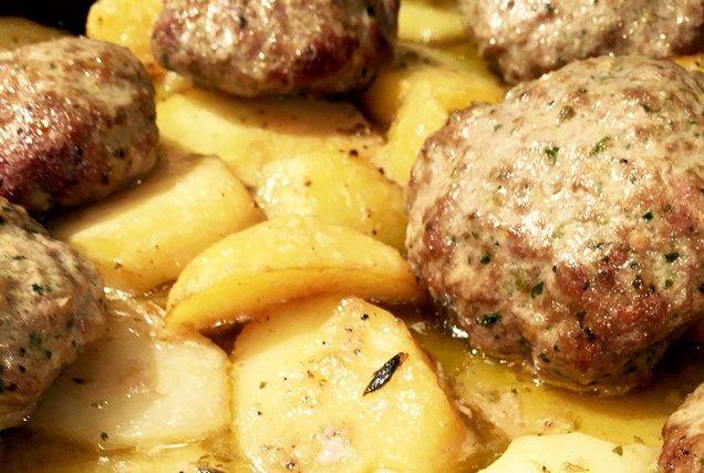 Μπιφτέκια αφράτα με λεμονάτες πατάτες φούρνου