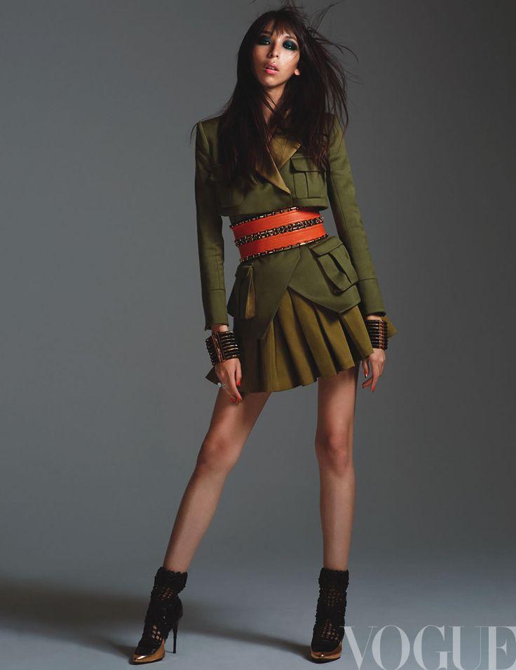 Contrastes y siluetas femeninas, @ImIssaLish en total @Balmain revela su estilo army en la edición de diciembre.