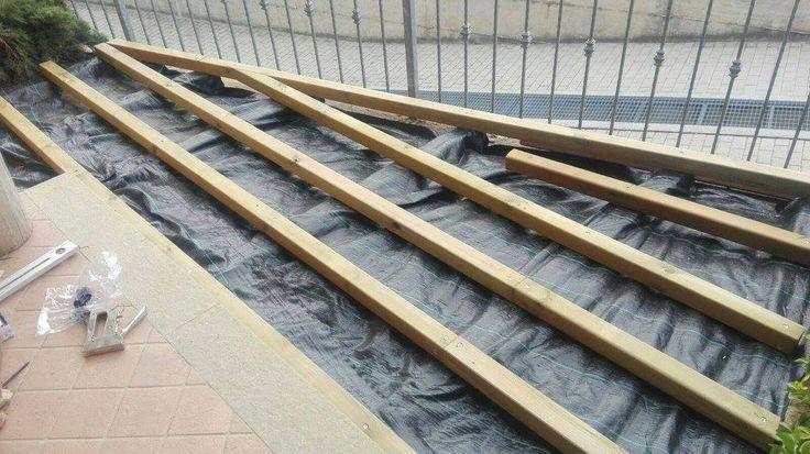 Pavimentazione in legno su misura con doghe per esterno. Anche un piccolo angolo nel quale è difficile tagliare l'erba può essere sistemato con una pavimentazione che ci permette di ampliare il nostro terrazzo. #pavimentazione #legno #doghe #dogheperesterno #erba #terrazzo #Dogheinmururè #lavorosumisura #Cuneo #Borgognolegno