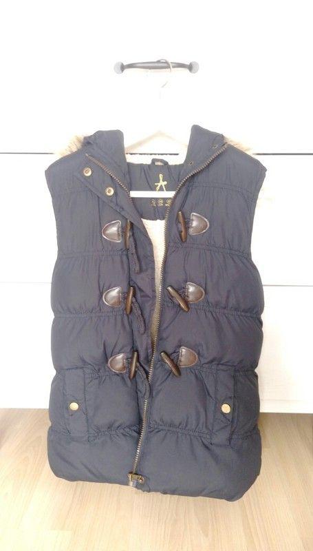 Dunkelblaue ärmellose Jacke mit Fell-Kapuze. Innendrin ist sie sehr flauschig und kuschelig. Für den Frühling nur zu empfe...