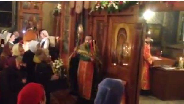 Un preot aleargă prin biserică şi face jonglerii cu cădelniţa VIDEO