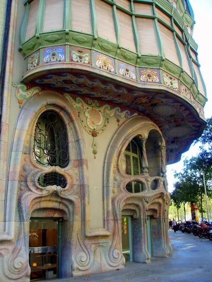 Casa Comalat is niet zo bekend maar daarom niet minder mooi. Geen werk van Gaudí maar van de architect Salvador Valeri i Pupurull http://bezoekbarcelona.blogspot.com/2012/12/casa-comalat.html