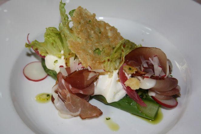 Asperges vertes, gremolata, jambon Forêt Noire, mousseline de cream cheese et tuiles de parmesan