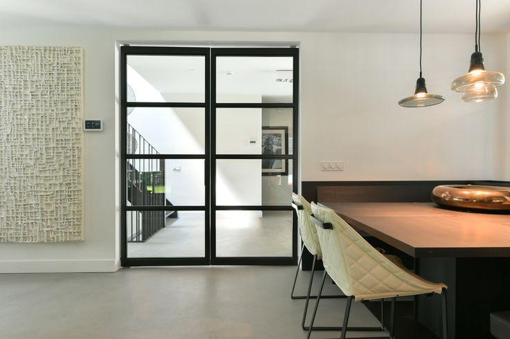 Skygate | Zwarte stalen deuren zijn op dit moment een van de meest populaire elementen in een modern interieur. Ze zijn stijlvol en geven een exclusieve uitstraling aan iedere woonomgeving | Luxe interieurs en professionele vakmensen vind je via Obly.com