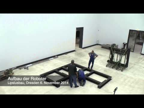 Im White Cube der Kunsthalle im Lipsiusbau stehen zwei Industrieroboter und bewegen schwarze riesige Fahnen. William Forsythe hat ihre Bewegungen als zweitei...