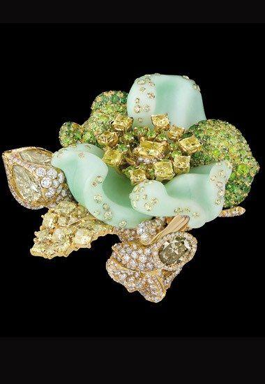 Bague Dior Joaillerie : Bague Bal Champêtre, or jaune, diamants, diamants de couleur, chrysoprase, grenats démantoïdes et grenats tsavorites.