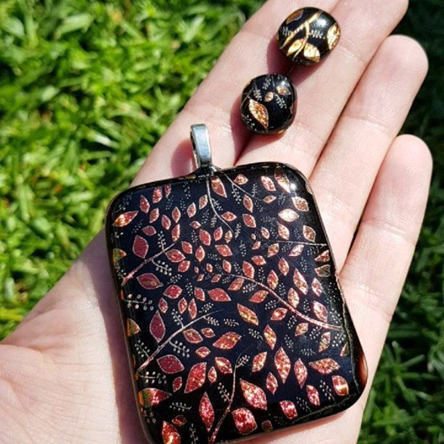 Have just got my phone back today after getting it repaired and can finally share the #mothersday present I gave to my mother in law a few weeks ago  Black and red leaf dichroic glass pendant and earring set  #dichroicglass #colourchanging #leaves #naturelovers #red #etsyshop #etsy #etsyhunter #etsyfinds #etsyjewelry
