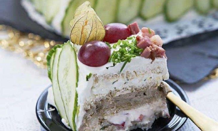 Här bjuder Monika Ahlberg på en härlig smörgåstårta, rik på smaker! Smörgåstårtan är ur hennes kommande kokbok - Mingelrätter och smörgåstårtor -