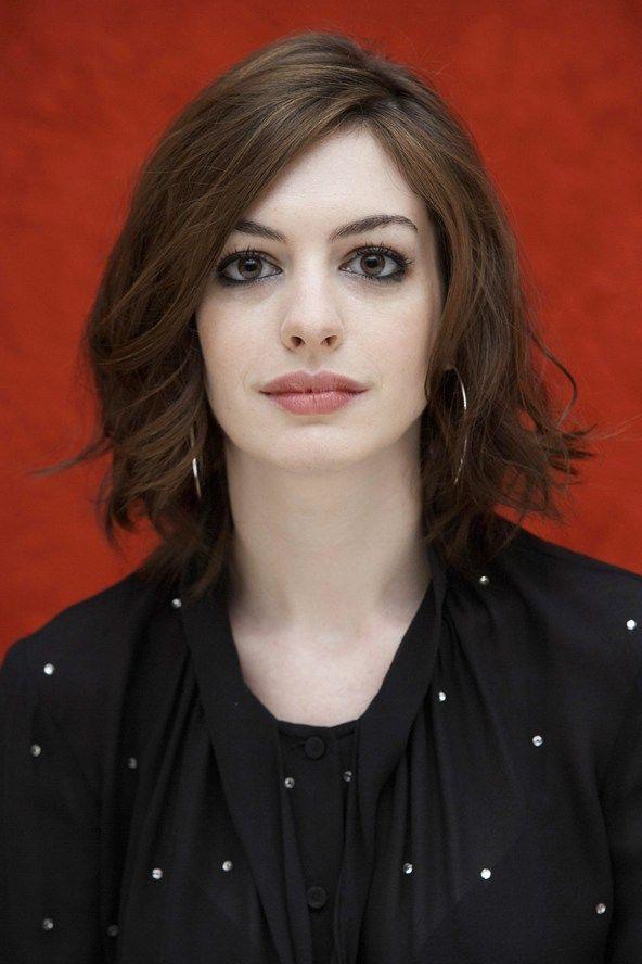 Anne Hathaway wavy bob
