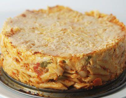 Μια πεντανόστιμη πίτα με πέννες, πιπεριές, τυρί και σάλτσα ντομάτας στο φούρνο. Μια απλή συνταγή (από εδώ) για να απολαύσετε το τέλειο γεύμα ή δείπνο με μι
