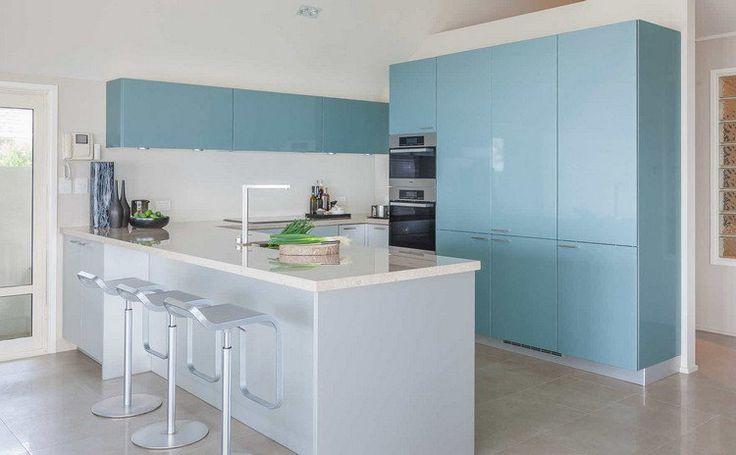 couleur pour cuisine - peinture murale blanche et des armoires en bleu glacier