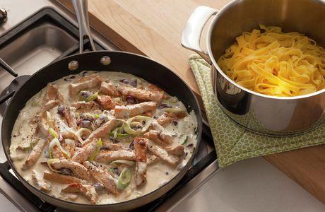 Strimlet svinekjøtt - fløtesaus - purre - sopp brokkoli - fullkornspasta
