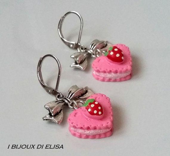Deliziosi orecchini con tortina di Ibijouxdielisa su Etsy #jewels #gioielli #bijoux #bigiotteria #handmade #handmadejewels #handmadeearrings #fattoamano #earrings #cake #torta #heart #cuore #bow #ribbon #fiocco #pink #rosa #etsy