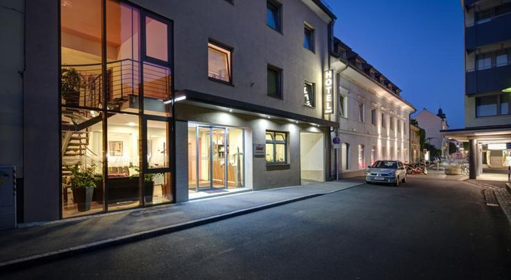 Hotel Zlami-Holzer Klagenfurt The family-run Hotel Zlami-Holzer is located directly in the centre of Klagenfurt. Free WiFi and free parking are available.  Many shops, restaurants, cafés and bars are in the immediate vicinity, and Lake Wörth is 3 km away.