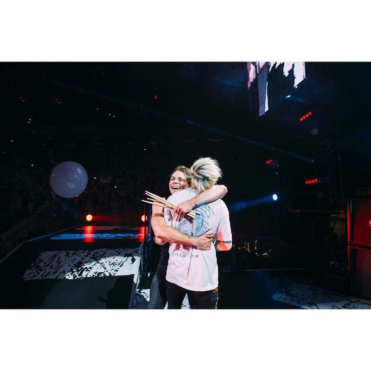 "396 mil Me gusta, 8,365 comentarios - michael clifford (@michaelclifford) en Instagram: ""a glorious post MSG hug. @ashtonirwin"""
