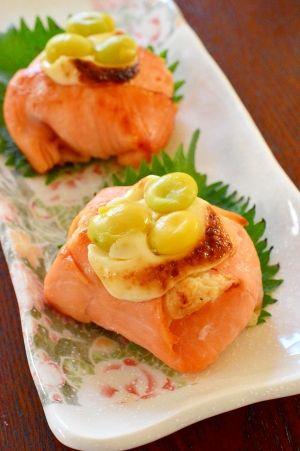 Mayo-grilled Smoked Salmon - ポテサラリメイク♪スモークサーモンの☆マヨ焼き」日本料理屋さんで、美味しいリメイク料理を教えてもらいまいした。ポテトサラダが、立派なパーティにピッタリのオードブルに変身です♪秋らしく銀杏を乗せました。【楽天レシピ】