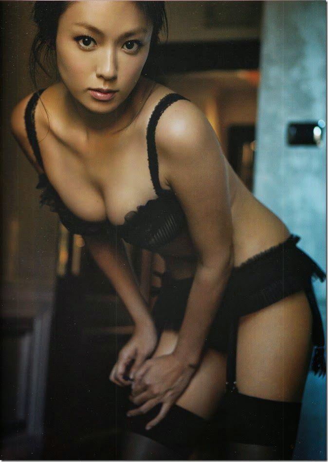 深田恭子の最新写真集「(un)touch」に収録されているランジェリー姿がセクシーすぎる