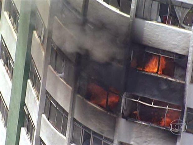 Incêndio Atinge Prédio Residencial No Centro De São Paulo   Fogo tomou conta de apartamentos em dois andares. Bombeiros contiveram o incêndio e não houve feridos. http://mundoemmanchete.blogspot.com.br/2014/01/incendio-atinge-predio-residencial-no.html