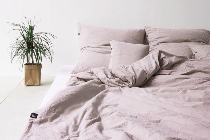 Zestaw pościeli z czystej bawełny o spocie płóciennym: jedna poszwa na kołdrę 160 x 200cm oraz dwie poszewki na poduszki 70 x 80cm. Idealny dla pary. Najwyższa jakość w przystępnej cenie.