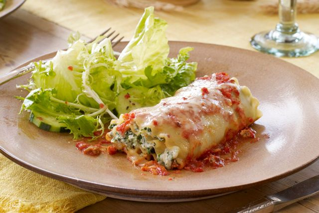 Estos deliciosos enrollados de lasaña se pueden preparar con anticipación para ahorrar tiempo y son ideales como parte de una cena en familia.