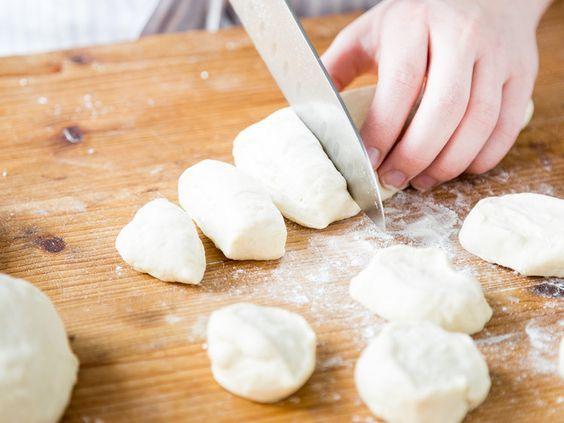 Pizzabrötchen machen glücklich: Die heißen Mini-Brötchen aus frischem Hefeteig sind außen knusprig, innen fluffig und gar nicht schwer selbst zu machen.