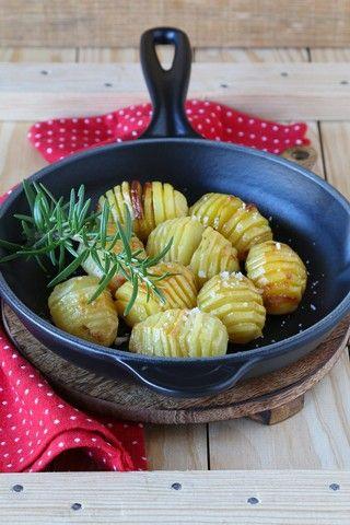 Hasselbackpoteter  En klassisk svensk rett der poteten skjæres i skiver nesten helt igjennom og bakes i ovnen. Oppskrift (4 personer) 8 (ca. 600 g) jevnstore poteter Ca. 2-3 ss smør 1/2 ts salt Ev. 1/2 dl brødrasp Ta frem smøret slik at det blir romtemperert. Skrell potetene. Skjær potetene i tynne skiver men ikke helt igjennom. Hvis du f.eks. legger poteten i en tresleiv så kan du skjære uten å risikere å skjære helt igjennom. Legg potetene i en ildfast form. Bre smør på hver potet. Det…