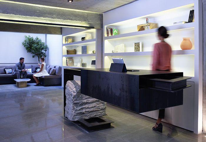 """Στη στοά Ράλλη, στο Σύνταγμα, ένα νεοκλασικό κτίριο, μια καταπληκτική αυλή. Η άφιξη ενός νέου """"μυστικού"""" ξενοδοχείου. Το Inn (n) Athens ο νέος design προορισμός."""