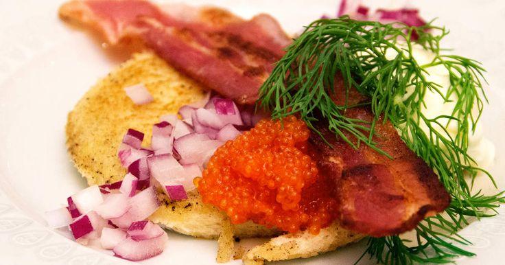 Stekt toast som toppas med knaprigt bacon, stenbitsrom och crème fraiche.