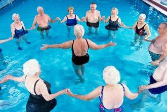 bewegen, oefeningen in het zwembad