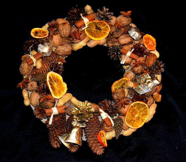 Bożonarodzeniowy wieniec Autor: Ewa Rudnik PRACA NAGRODZONA PRZEZ FANÓW #QSQ #Christmas #wreath #ornament #inspiration #idea #decor #brown #orange #black #natural #minimal #pine #cone